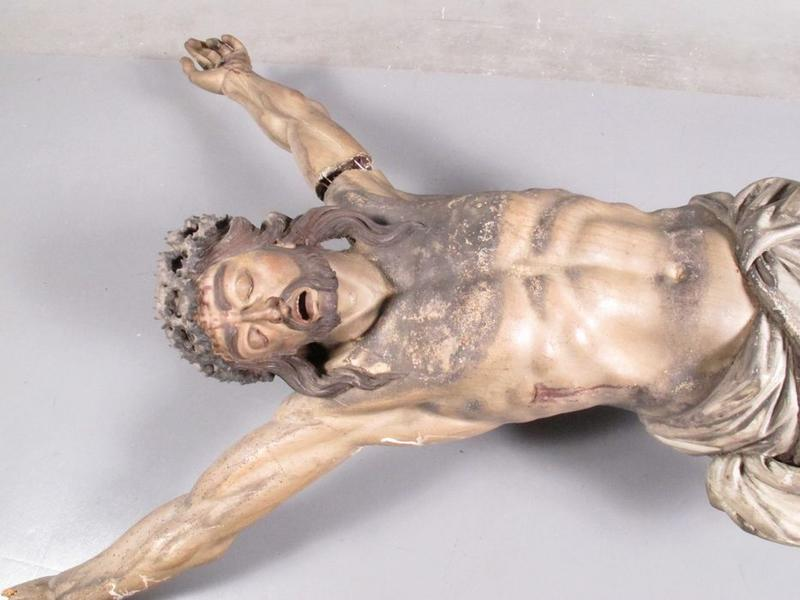 Statue: christ en croix, vue partielle
