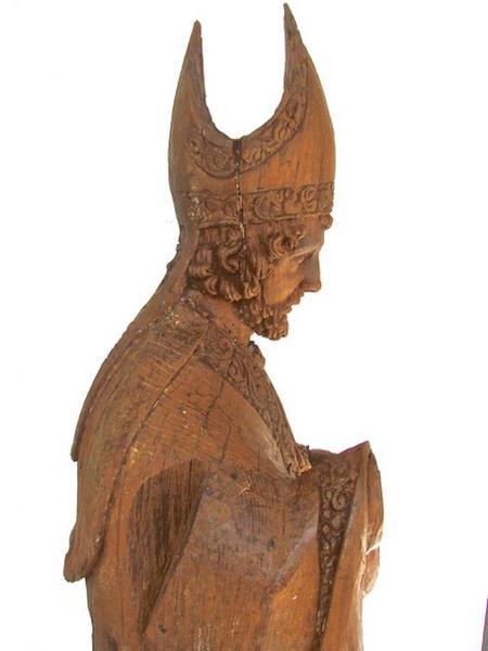 Statue: saint Eloi, vue partielle, profil droit