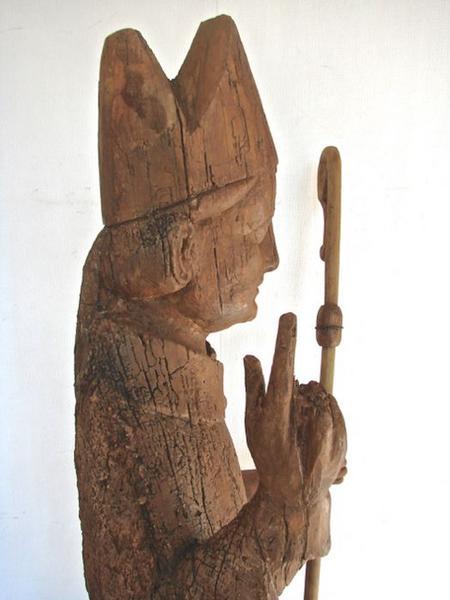 Statue : Saint Evêque bénissant, vue partielle, profil droit