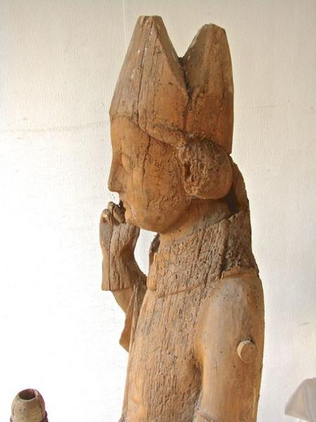 Statue : Saint Evêque bénissant, vue partielle, profil gauche