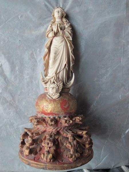 Ensemble des ivoires du trésor (4 baisers de paix, 13 bas-reliefs, 14 statues, 2 groupes sculptés, boîte, chope)