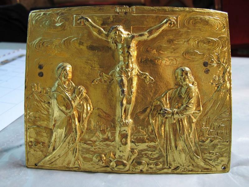 bas-relief : Jésus Christ crucifié entre la Vierge et l'apôtre saint Jean, vue générale