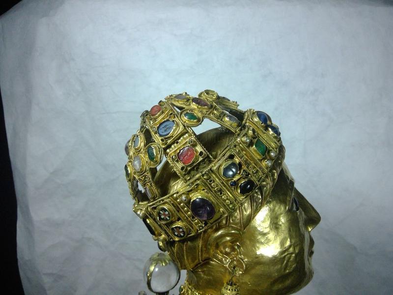 Statue : sainte Foy, visage, profil droit, vue générale