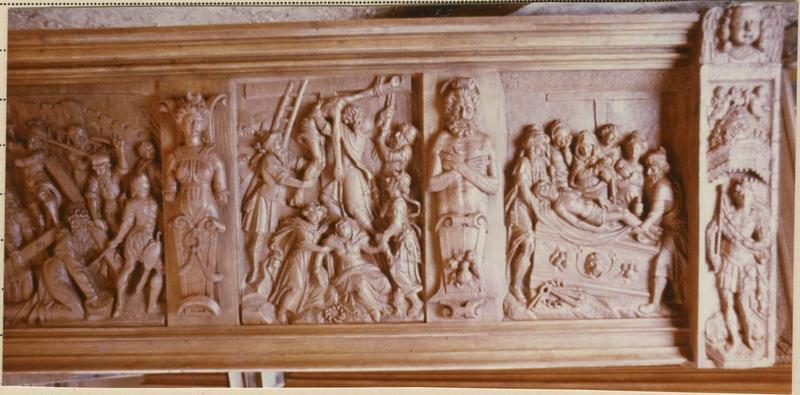 Bas-reliefs : le Portement de croix, la Descente de croix, la Mise au tombeau, vue générale