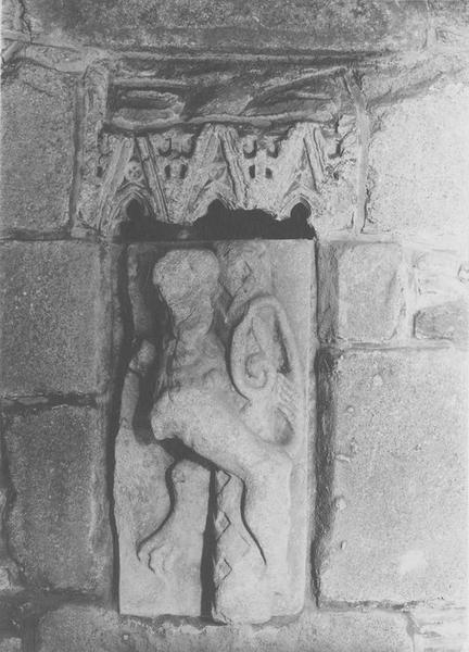 Sculptures (2) (fragments): lion, dais, vue générale