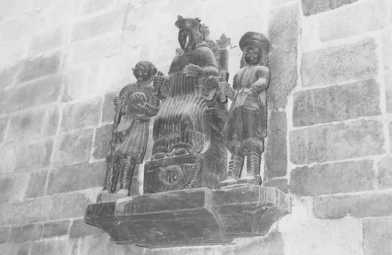 Groupe sculpté : saint Yves entre le riche et le pauvre