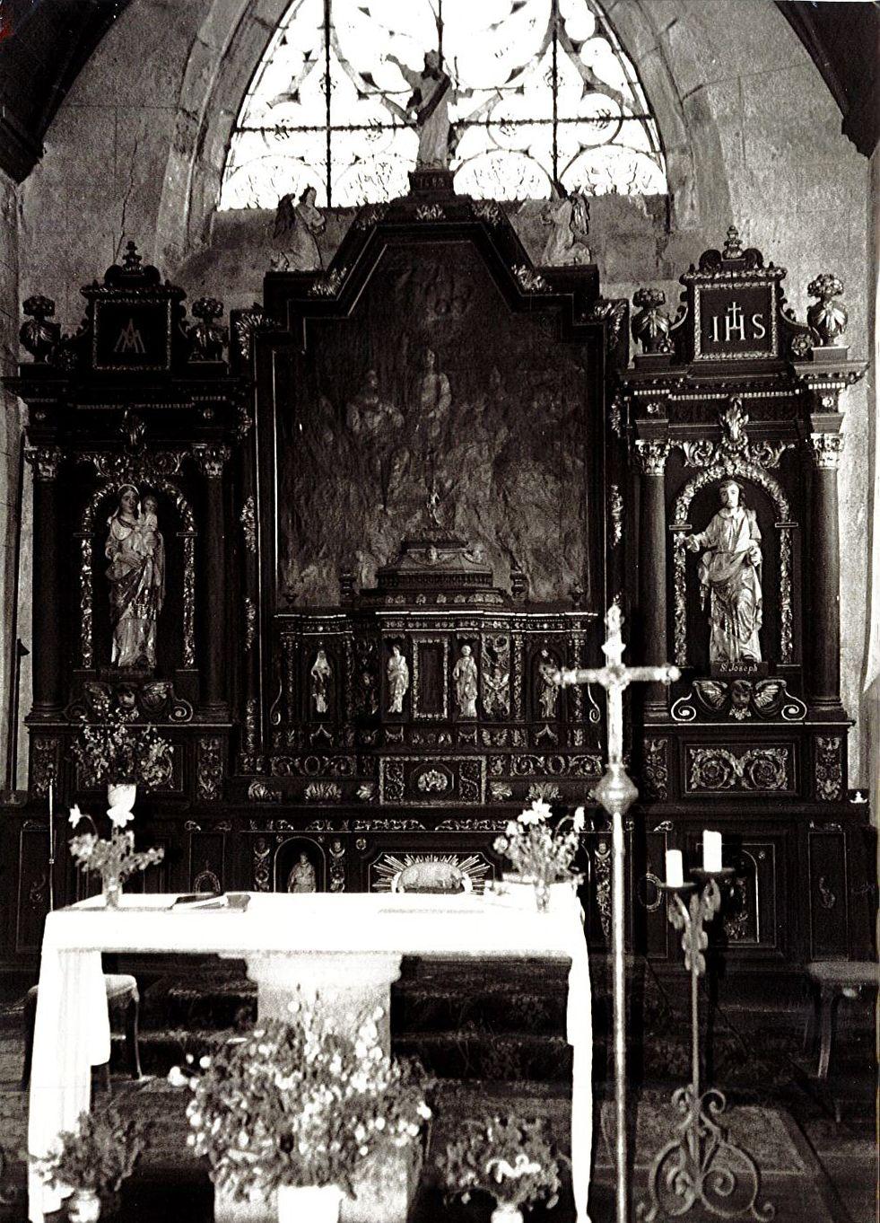 Autel (maître-autel), retable, ses trois statues : Christ bénissant, Notre-Dame de Bringolo et saint Joseph, et son tableau : Jésus avec la Sainte Parenté