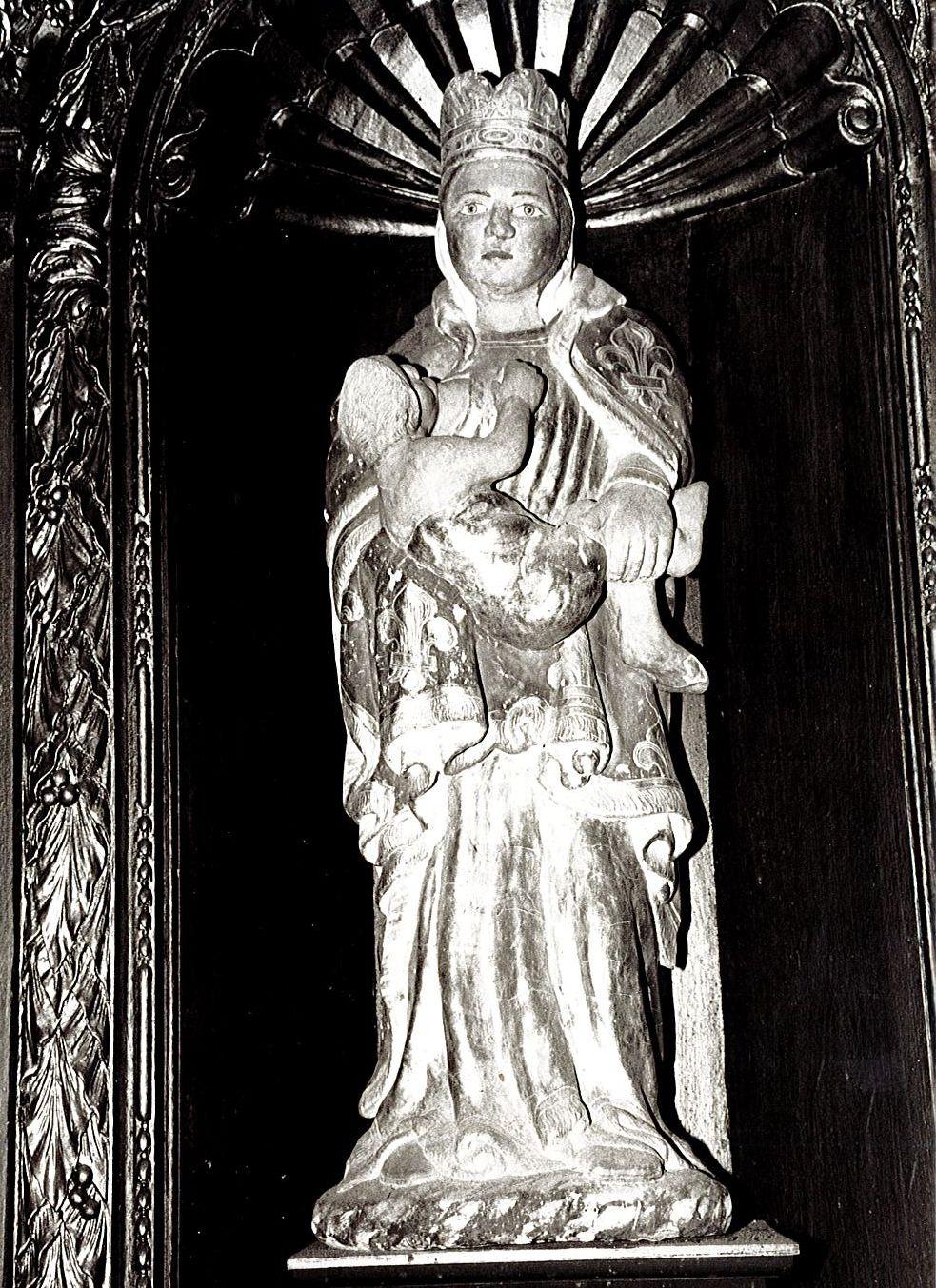 Retable latéral nord, deux statues : Vierge à l'Enfant allaitant et Saint Nicolas, et deux statues (statuettes) : Anges céroféraires