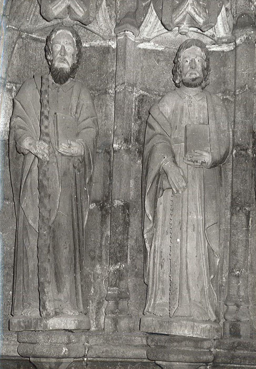 Douze statues : Les Apôtres, et groupe sculpté avec sa niche : Vierge de Pitié
