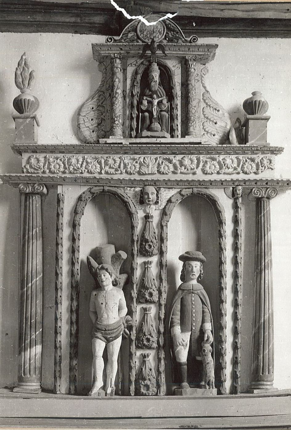 autel latéral sud, son retable et trois statues : Saint Sébastien, Saint Roch et Trinité, vue générale