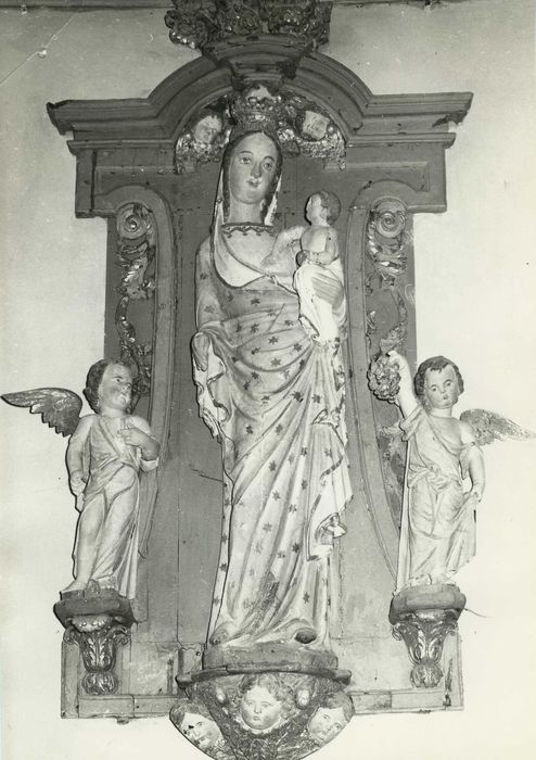 trois statues : Vierge à l'Enfant et deux Anges, et panneau sculpté, vue générale