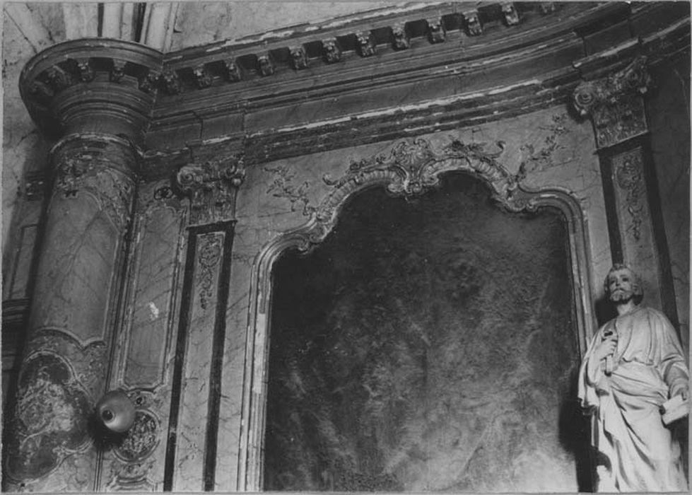 Ensemble du décor intérieur (autel, 2 gradins d'autel, tabernacle, 3 retables, lambris de revêtement, 12 tableaux)