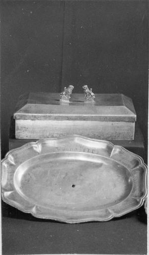 objet du culte protestant : boîte, étain et plat ovale, 18e siècle