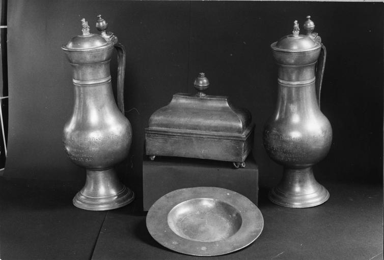 objets du culte protestant : boîte en étain, 18e siècle, paire de pichets à vin en étain, 18e siècle, assiette creuse en étain, 17e siècle