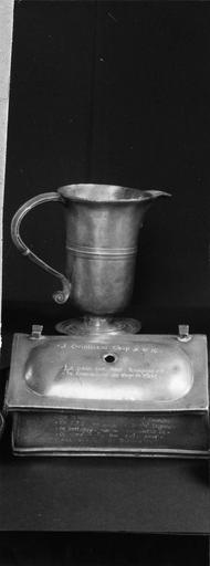 aiguière de baptême en étain, 18e siècle et boîte pour le pain de la communion en étain, 1706
