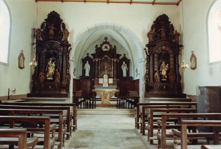 maître-autel et deux autels secondaires, et leurs retables après restauration