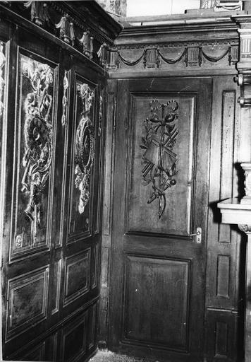 un des vantaux de porte de la sacristie, bois sculpté, fin du 18e siècle