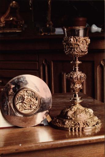calice et patène avec au centre : Les Pélerins d'Emmanüs, argent doré repoussé, 1ère moitié 19e siècle