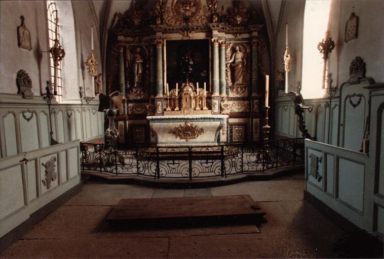 vue du maître-autel avec retable et aigle-lutrin