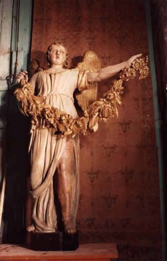 ange du retable du maître-autel, bois peint et doré, après restauration, 1977