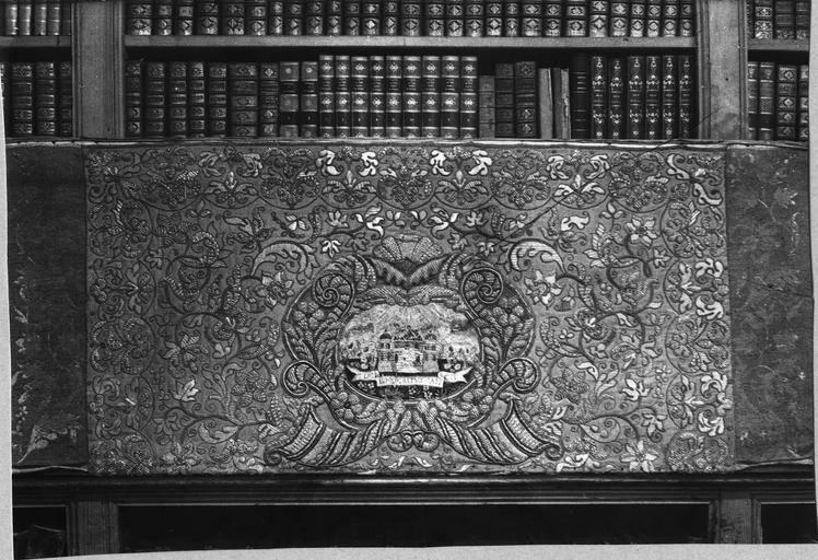 antependium ou devant d'autel, broderie de paille et soie, 18e siècle (trésor)