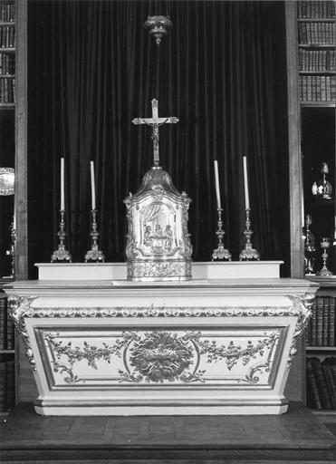 autel, tabernacle et quatre chandeliers