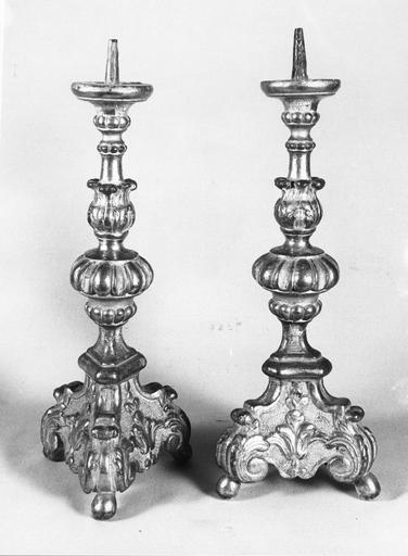 deux chandeliers d'autel, bois sculpté et doré, 18e siècle