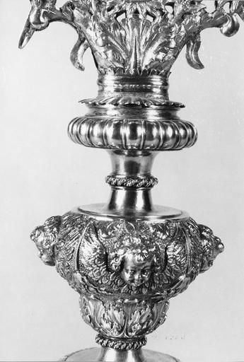 ostensoir à soleil rayonnant et pied ovale, argent, 17e siècle, détail des noeuds décorés