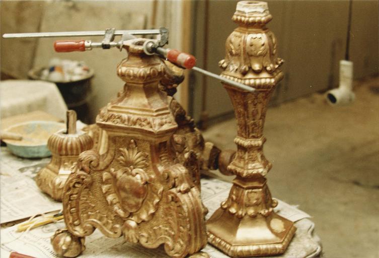 chandeliers du maître-autel, bois sculpté et doré, 18e siècle, en cours de restauration