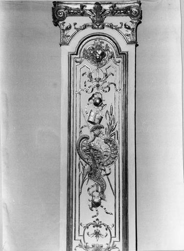 lambris de revêtement, boiseries du choeur (mur sud), bois doré et polychrome, 18e siècle, détail de trophées