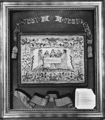 tableau de broderie : Le Saint Suaire, soie brodée imprimée, cadre en bois sculpté doré, vers 1630