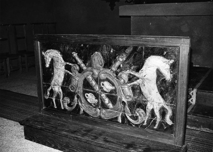 bas-relief (panneau sculpté) : double blason encadré de chevaux, 16e siècle