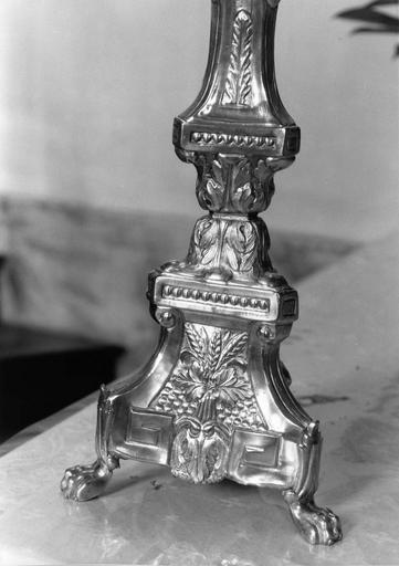 pied d'un chandelier d'autel