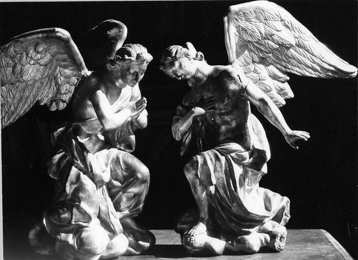 2 statues : Anges adorateurs, bois doré, 18e siècle