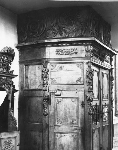 lambris de revêtement et portes, bois sculpté
