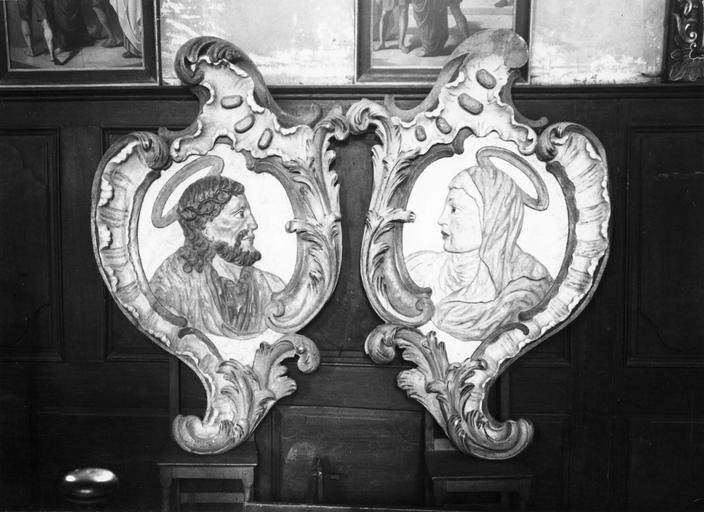 deux cartouches en bas-relief : Vierge et saint Joseph