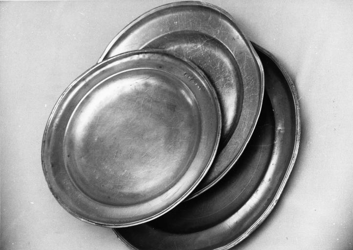 trois grands plats creux en étain, 18e siècle