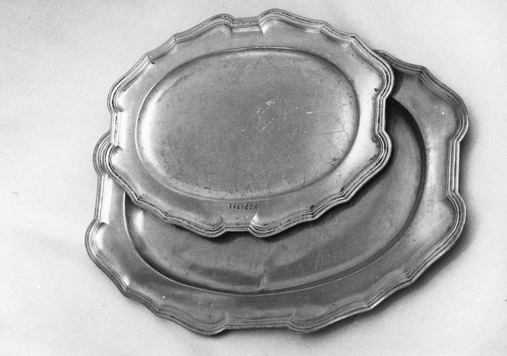 deux plats longs, en étain, 18e siècle