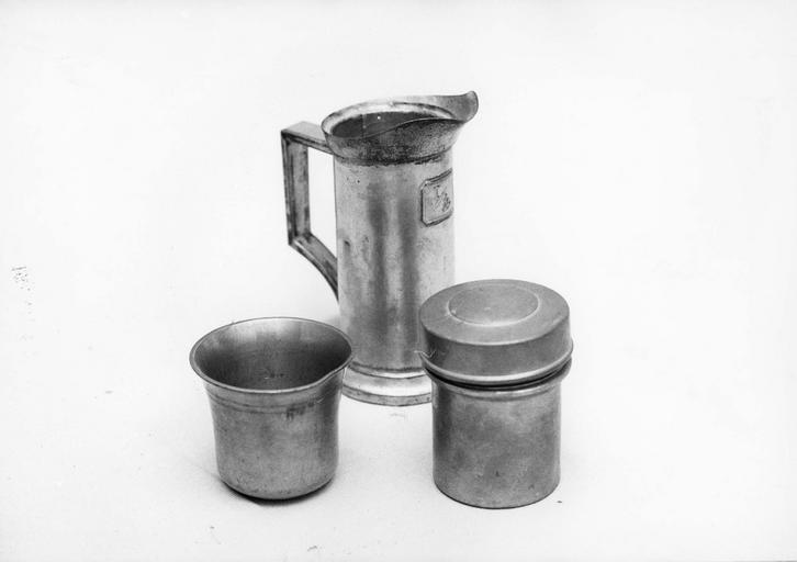 1 mesure avec verseur et deux pots à onguent dont un avec couvercle