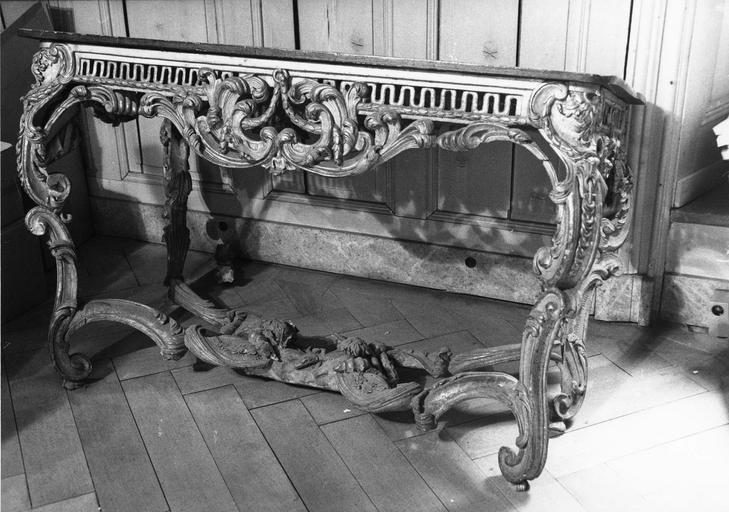 table-crédence, bois sculpté et doré, 18e siècle