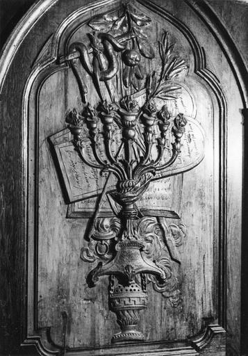 panneau avec décor en bas-relief : trophées religieux