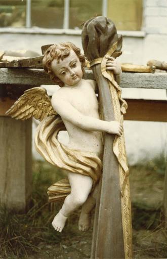 ange sculpté du retable du maître-autel, déposé et en cours de restauration
