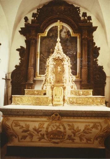 maître-autel, retable, tabernacle et gradin, bois sculpté en partie peint et doré, 18e siècle