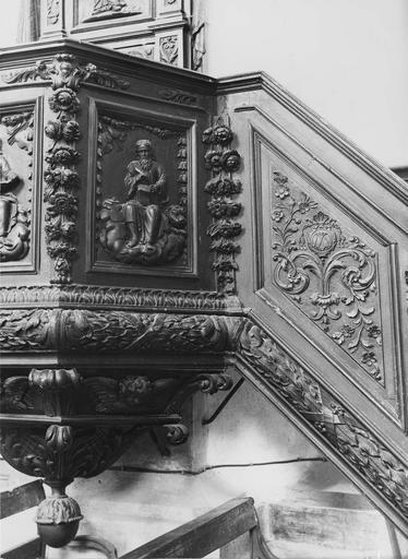 chaire à prêcher, bois sculpté, 18e siècle, détail du garde-corps et de l'escalier