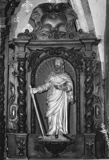 Maître-autel, gradin, tabernacle, retable, groupe sculpté : La Sainte Famille, 3 statues : Le Père Eternel (buste), Saint Pierre, Saint Paul, vantaux de la sacristie