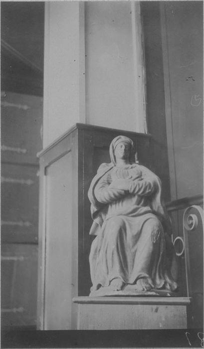 Statue : La Vierge assise, vue générale