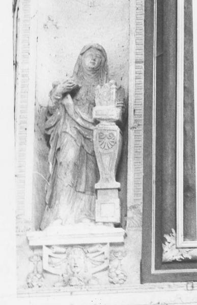 Statue : Sainte Clotilde tenant la maquette d'une église sur un socle
