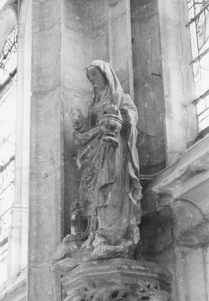 Statue : Sainte Femme tenant un vase