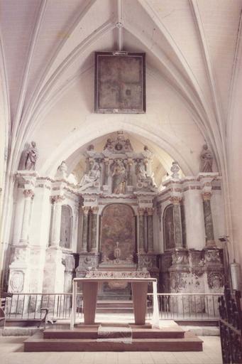 Vue du choeur avec le maître-autel et le retable
