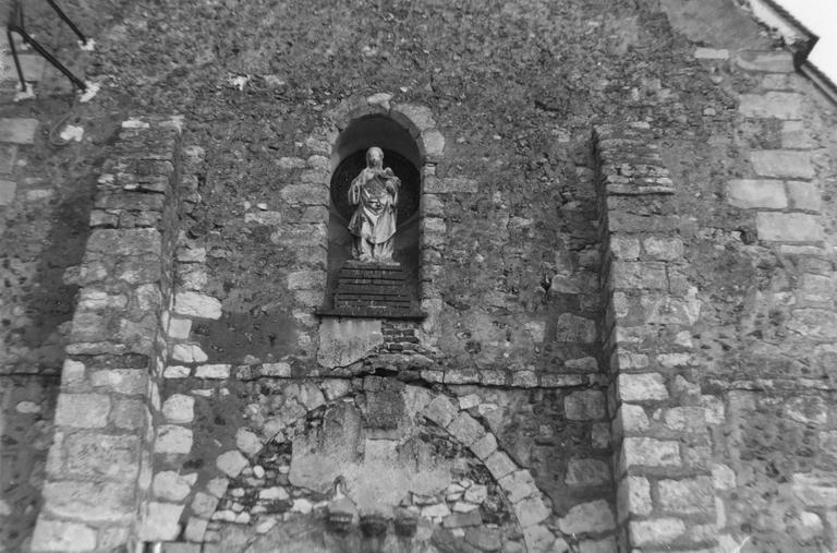 Statue : Vierge à l'Enfant, pierre, dans la niche de la façade